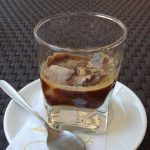 Come preparare il caffè in ghiaccio con latte di mandorla